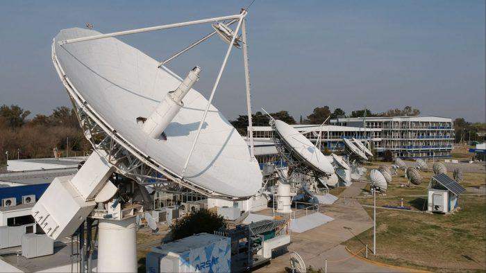 La Estación Terrena de Benavídez vista desde arriba con el primer plano de una extensa antena satelital.