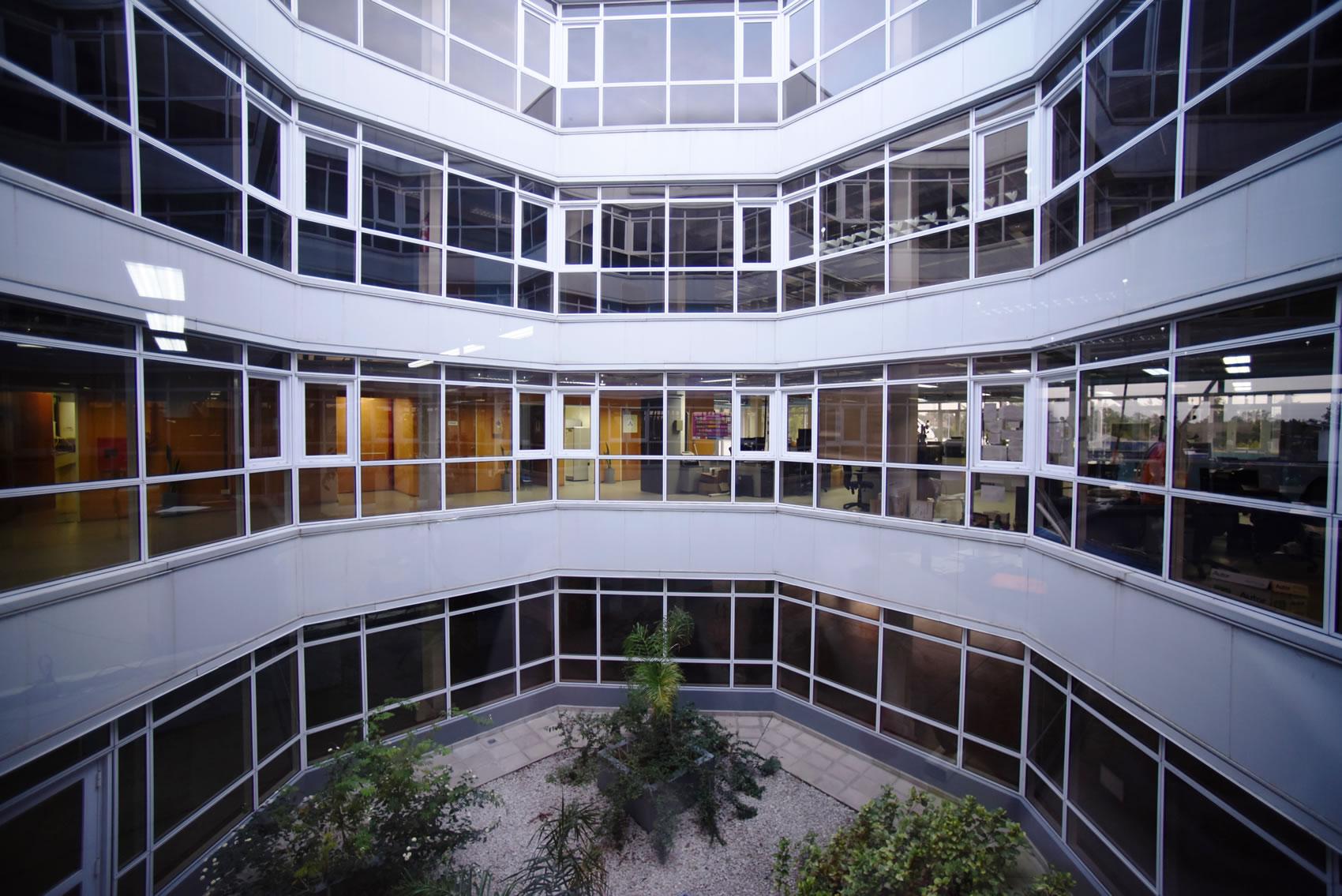 Desde el patio interno circular, del edificio administrativo 1 de la Estación Terrena de Benavídez, se ven las ventanas de las oficinas.
