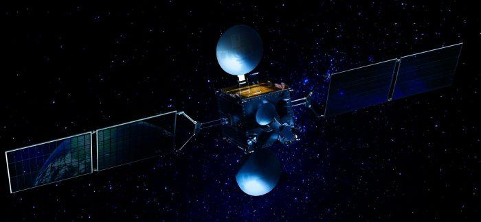 Ilustración del satélite ARSAT 2 que orbita en el espacio. Tiene tres antenas y dos paneles solares.