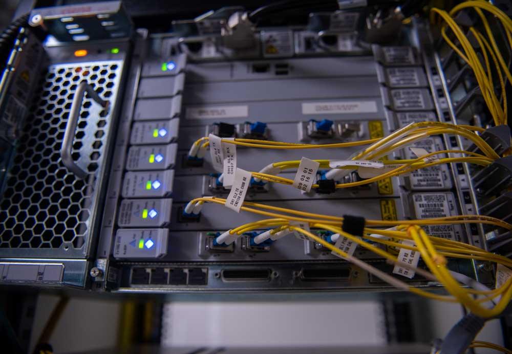 Cables amarillos que se conectan en el interior de un rack.