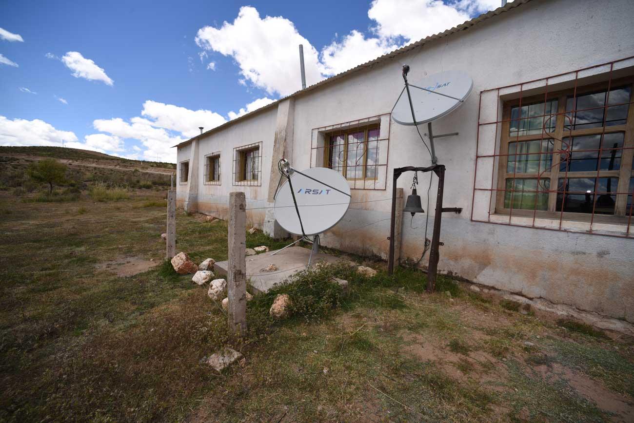 Una antena de internet y una antena de Televisión Digital instaladas en el patio de una escuela rural.
