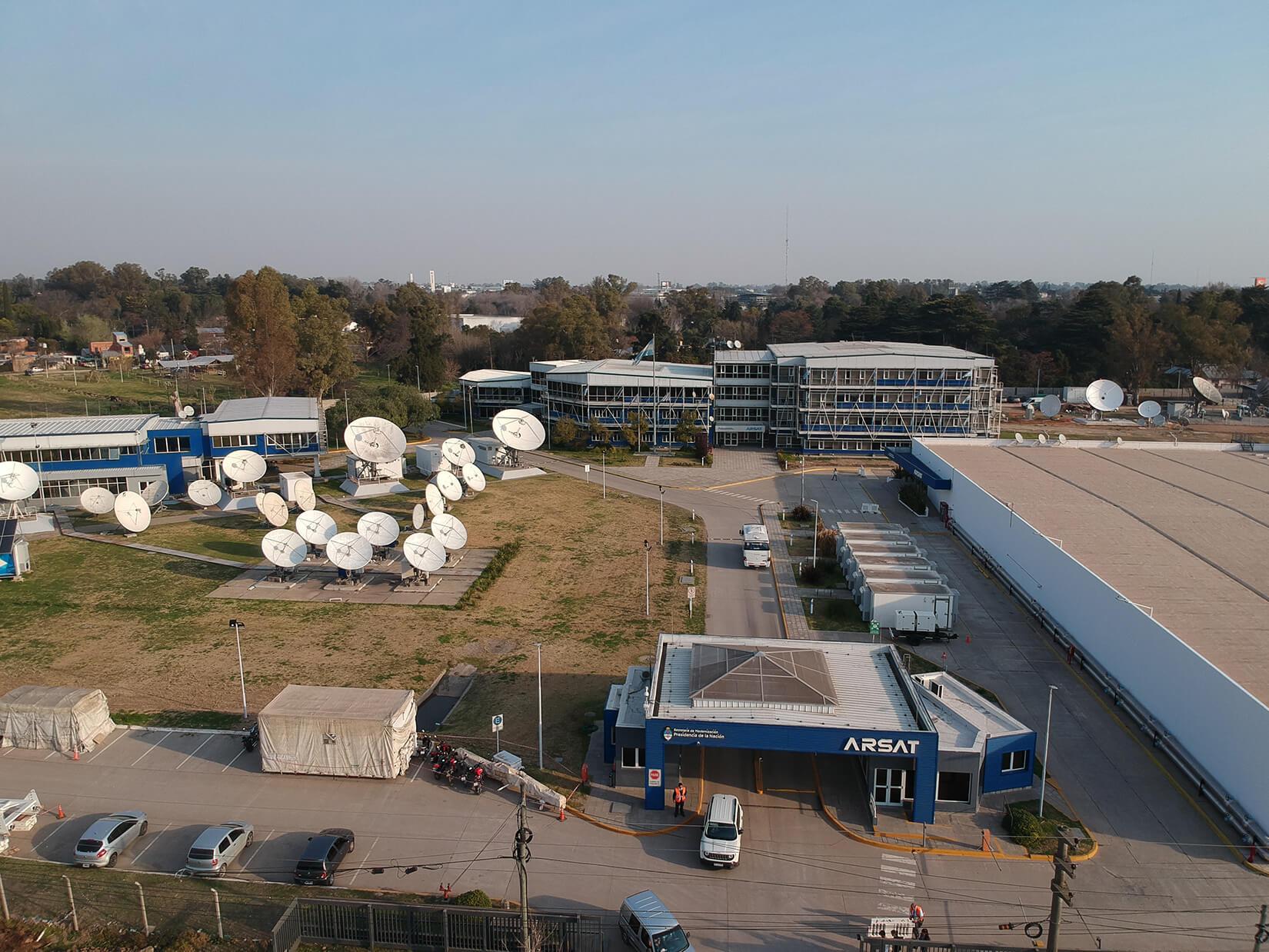 Vista desde dron, Estación Terrena de Benavídez. Entrada de edificios administrativos, técnico, Datacenter y antenas parabólicas satelitales.