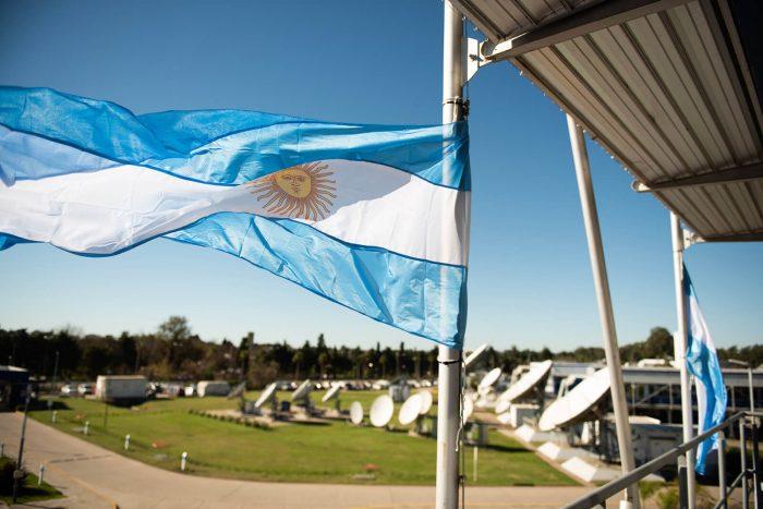 Primer plano de bandera argentina en el edificio administrativo de la Estación Terrena