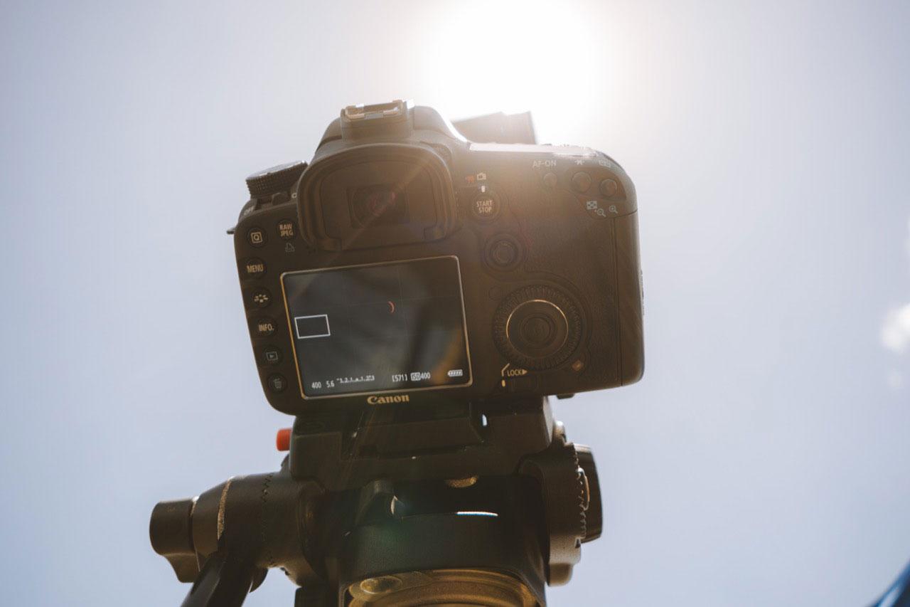 Primer plano del visor de una cámara de fotos profesional que apunta hacia un eclipse solar.