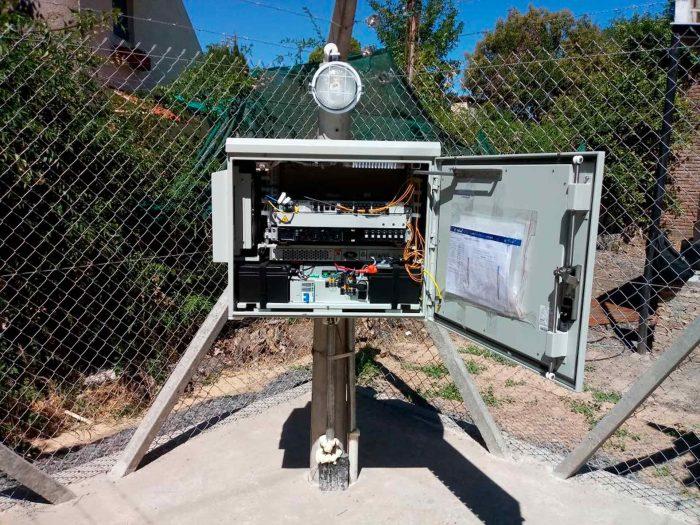 Gabinete cúbico abierto con cables y racks para conectar una localidad por donde pasa la Red Federal de Fibra Óptica.