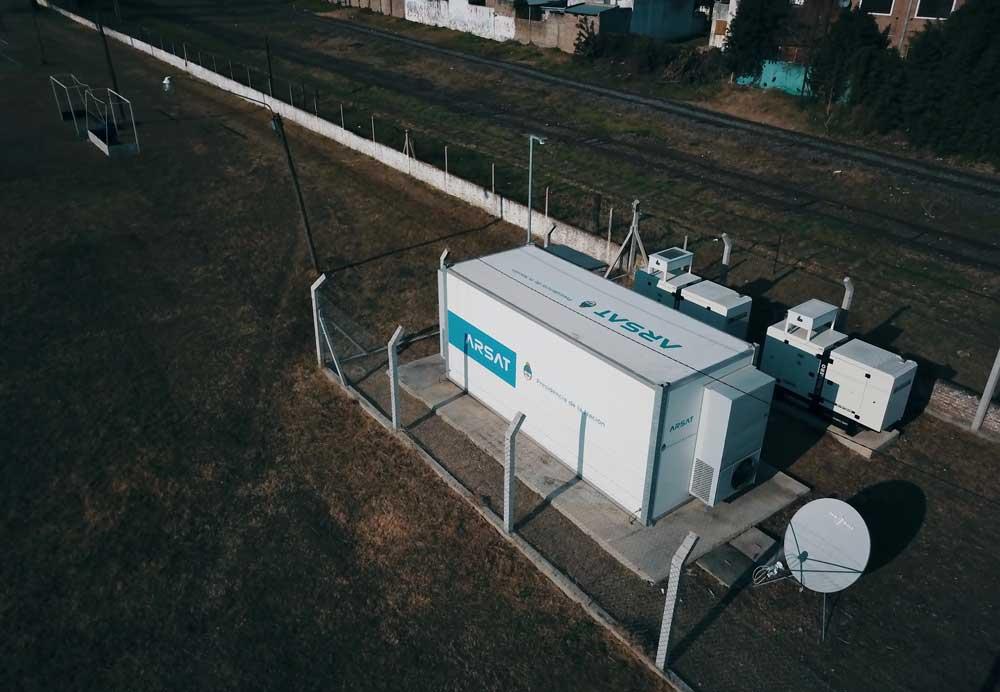Vista desde dron del predio de la Red Federal de Fibra Óptica. Dentro hay un shelter, dos grupos electrógenos y una antena de internet.