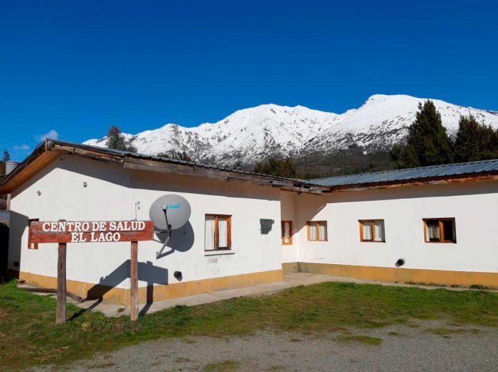 Una antena de internet instalada en el Centro de Salud de Lago Puelo, con la cordillera nevada detrás.