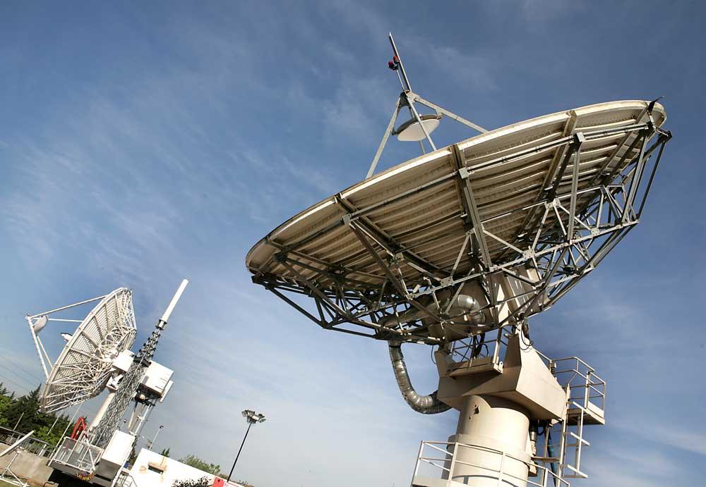Dos grandes antenas de la Estación Terrena de Benavídez, que apuntan hacia el cielo donde están el Arsat 1 y 2 para brindar servicio.