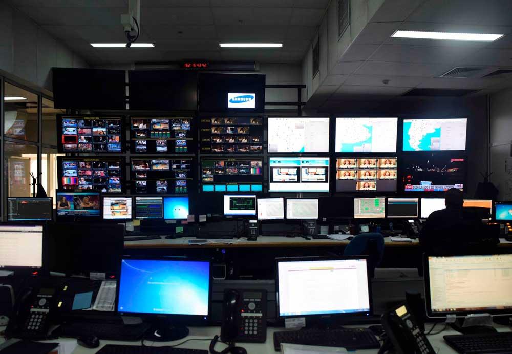 Televisores y computadoras en el centro de control y monitoreo de la Televisión Digital Abierta en la Estación Terrena de Benavídez