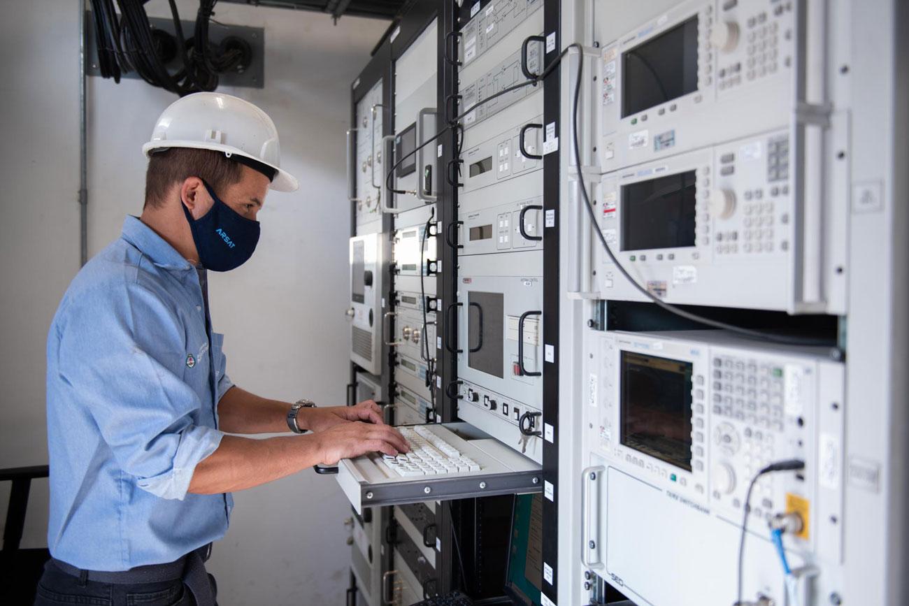 Un técnico monitorea las maniobras de baja órbita con software especiales, en el Centro de Control Satelital.