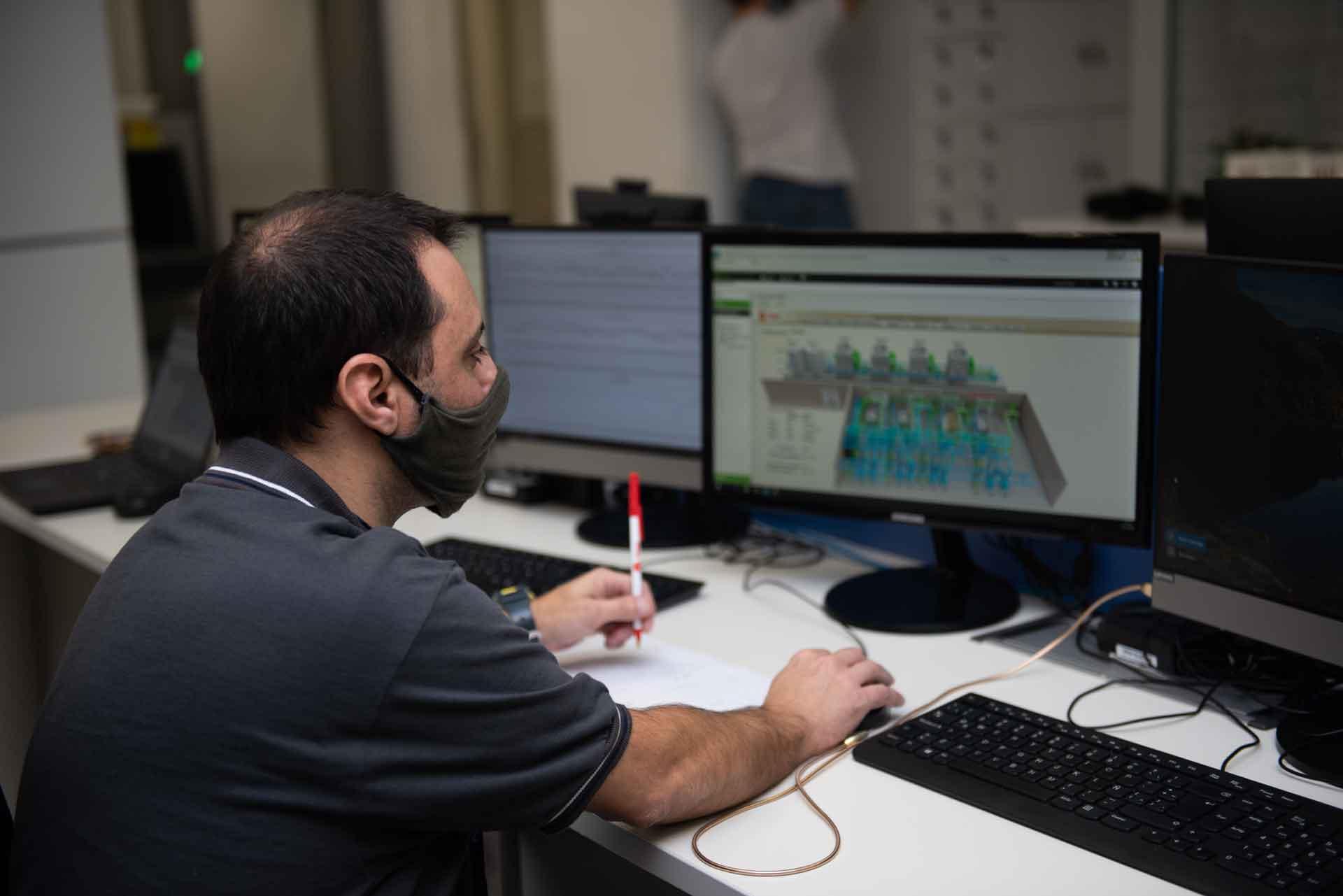 Un técnico de espaldas controla los sistemas del Centro de Operaciones del Centro Nacional de Datos.