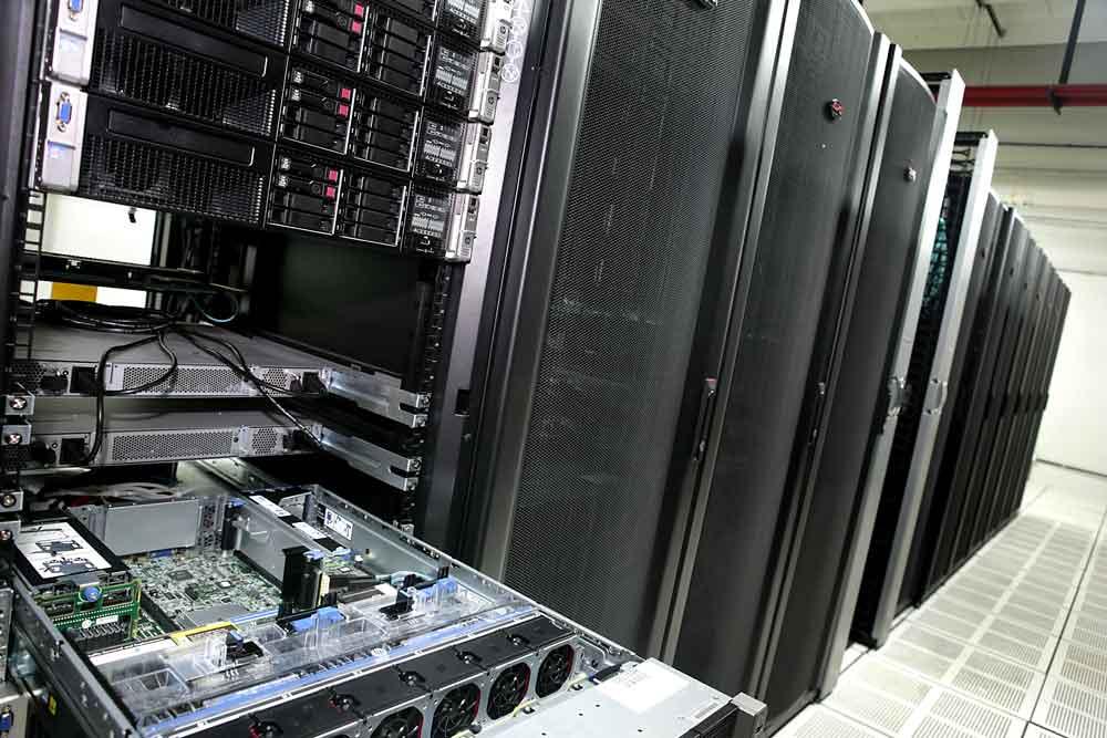 Una bandeja abierta de uno de los racks en una sala del Centro Nacional de Datos.
