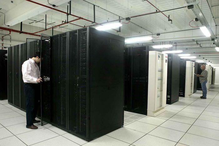 Un técnico revisa un rack en una de las salas del Centro Nacional de Datos.