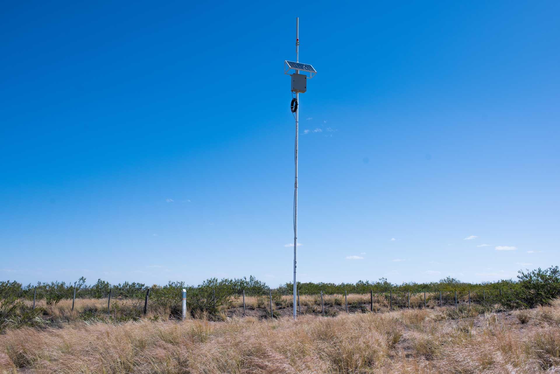 Al costado de una ruta hay un poste con panel solar en la punta y al lado hay un monolito blanco y celeste, que brinda internet a través de la REFEFO.