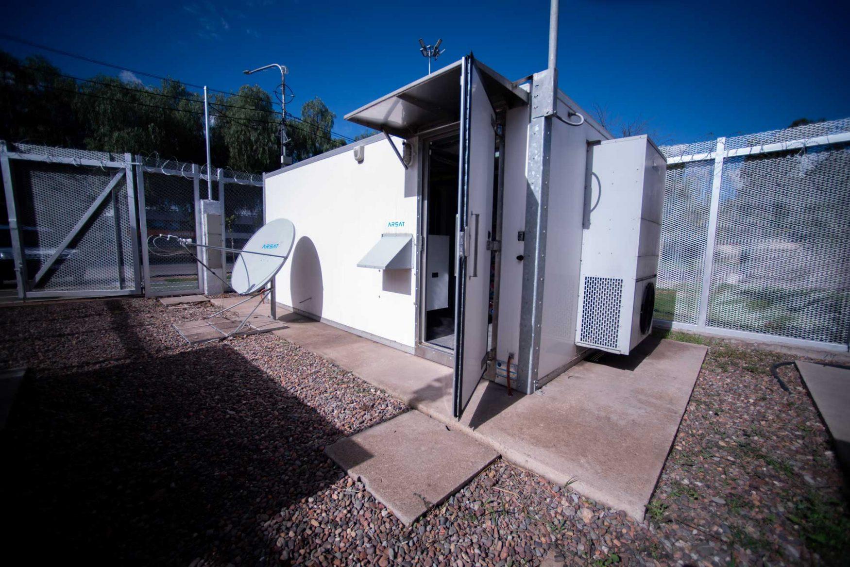 Predio de la Red Federal de Fibra Óptica en Mendoza. Hay un shelter y antena de internet.