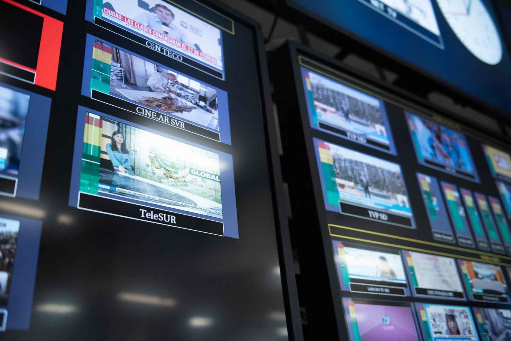 Monitores en el Centro de Operaciones de la Televisión Digital Abierta, que muestra el estado de transmisión de los canales Telesur y Cinear.